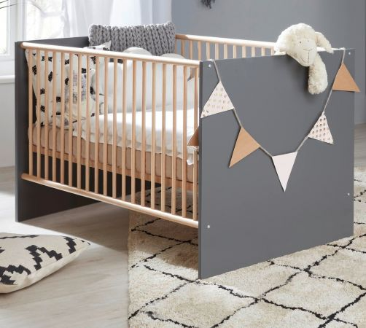 Babybett Mats grau matt mit Buche massiv 70 x 140 cm Gitterbett mit Schlupfsprossen und Lattenrost